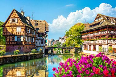 Vue sur une rivière et des maisons à Strasbourg
