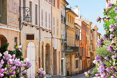 Vacances à Aix-en-Provence, parmi les villes les plus ensoleillées de France, vue sur une ruelle.