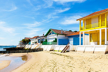 Villes les plus ensoleillées de France : Arcachon, vue sur les maison colorées sur une plage