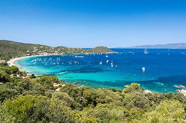 Un voyage en Corse pour profiter des villes les plus ensoleillées de France, vue sur la mer