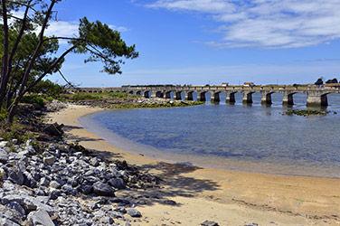Ponton et vue sur une petite plage à Anglet, France