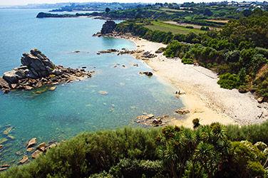Vue sur une petite plage de sable à Roscoff, France