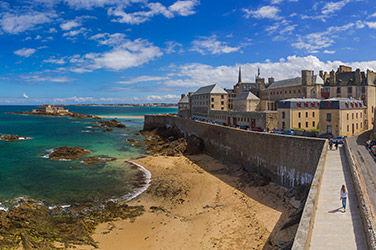 Vue sur la mer et un passage à Saint-Malo en France