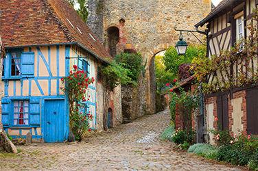 Ruelle dans le beau village de Gerberoy en France