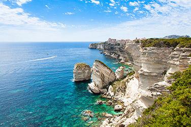 Village vacances de Bonifacio, vue sur la mer et les rochers