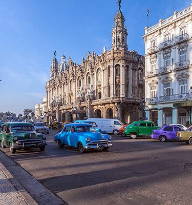 Rue à Cuba, voitures colorées