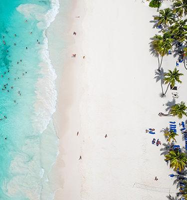 Vue aérienne sur plage et mer en République Dominicaine