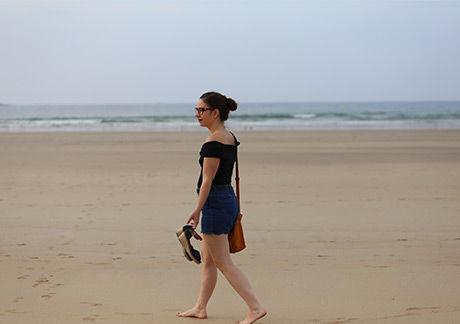 Maman Floutch sur une plage de sable