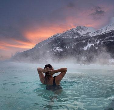 Bain d'eau chaude avec vue sur les montagnes