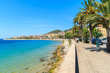 Vue sur une promenade maritime à Ajaccio, Corse