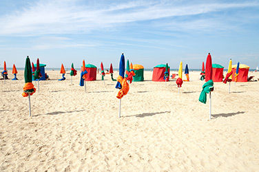 Plage de Deauville avec les parasols multicolores, France