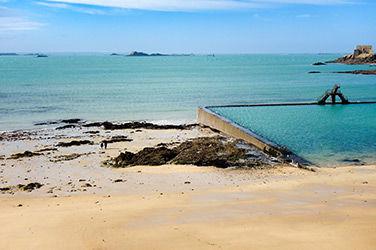 Vue sur une plage de Saint-Malo, France