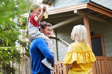 Famille près d'un mobil-home