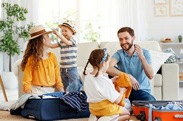Famille qui fait la liste des indispensables pour la valise