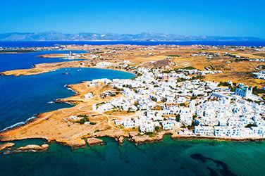 Village de Naoussa, à Paros, vue sur les maisons et la mer